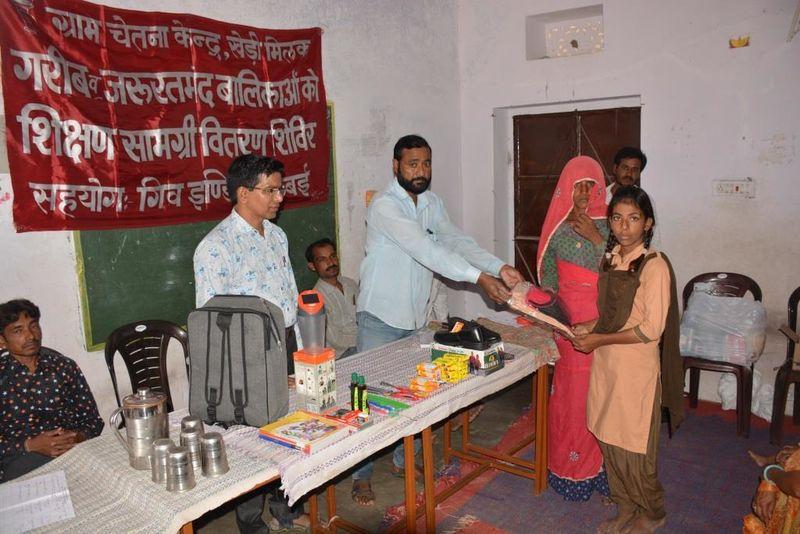 2020-08-05-GramChetnaKendra_Helpagirlchildwithschoolsupplies_1.JPG