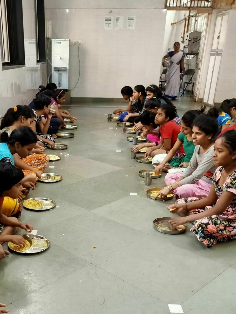 2021-03-23-childrenhavinglunchininstitution-shraddhanandmahilashram.jpeg