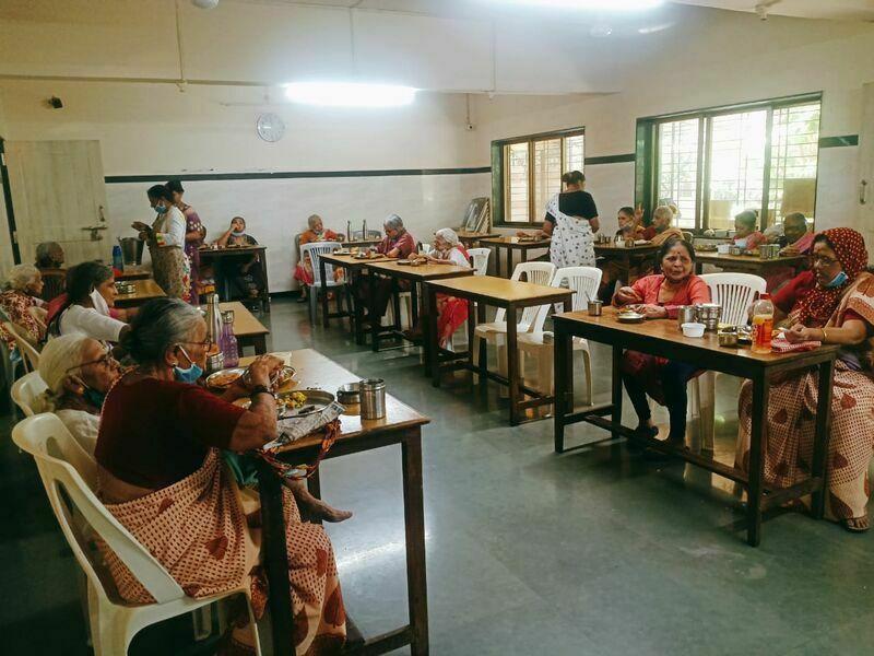 2021-03-23-grannieshavingtheirmeal-shraddhanandmahilashram.jpg