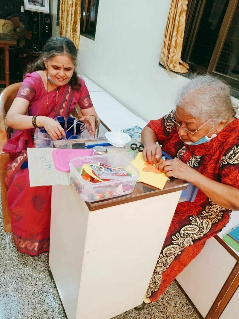 2021-03-23-granniesmakinggreetingcard-shraddhanandmahilashram.jpeg
