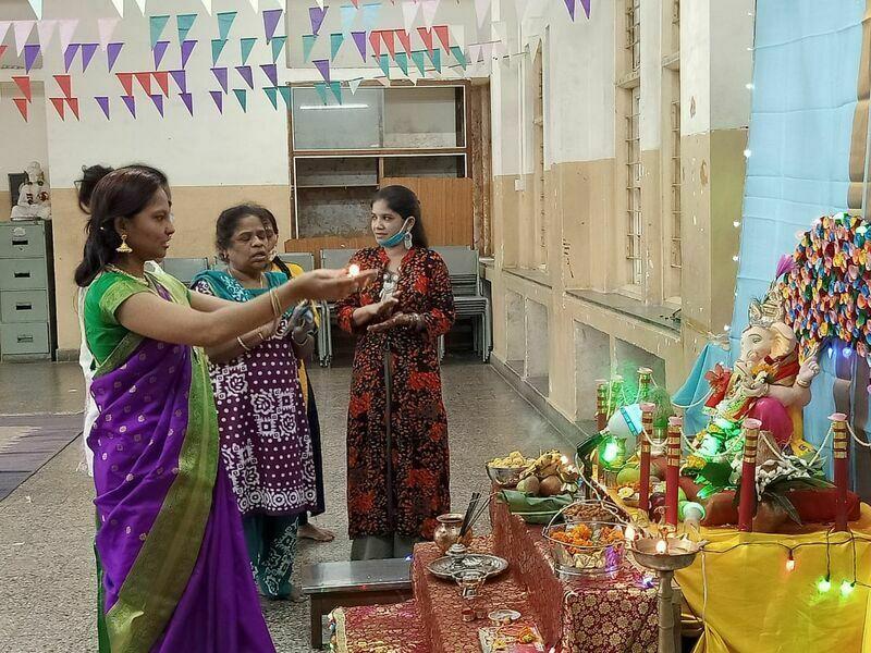 2021-03-23-womenperformingpoojaduringganpatifestivalinashram-shraddhanandmahilashram.jpeg